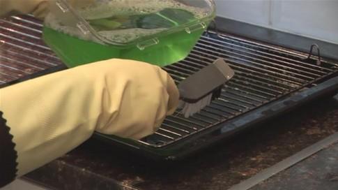 Loại bỏ vết cáu bẩn trên vỉ nướng