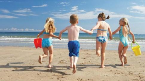 Lý do không nên cho trẻ tắm trần ở bãi biển