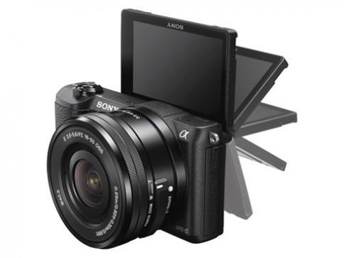 Máy ảnh cảm biến APS-C có đèn flash nhỏ nhất thế giới ra mắt