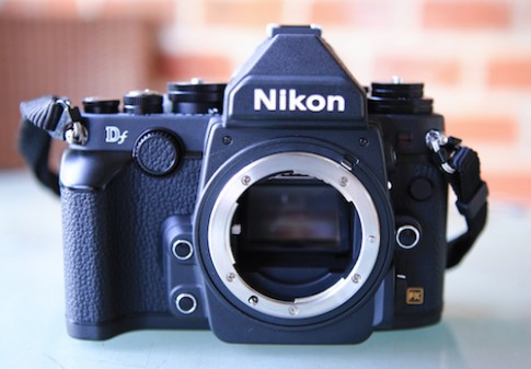 Máy ảnh full-frame Nikon Df kiểu dáng hoài cổ Về Việt Nam