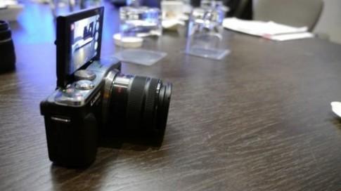 Máy ảnh mirrorless có NFC và Wi-Fi xuất hiện