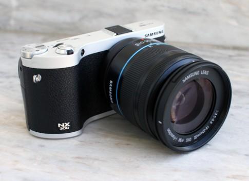 Máy ảnh mirrorless Samsung NX300 chụp 3D giá 17,9 triệu đồng