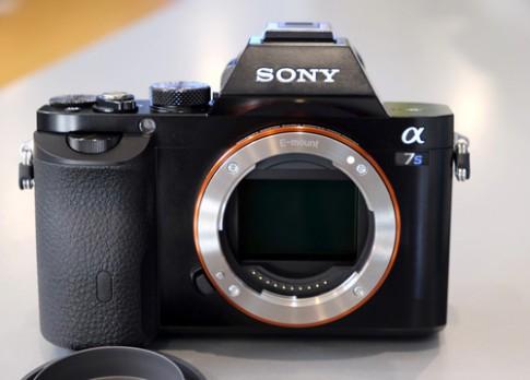 Máy ảnh quay video 4K có giá 54 triệu đồng