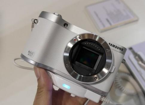 Máy mirrorless chụp 3D của Samsung bán tuần sau