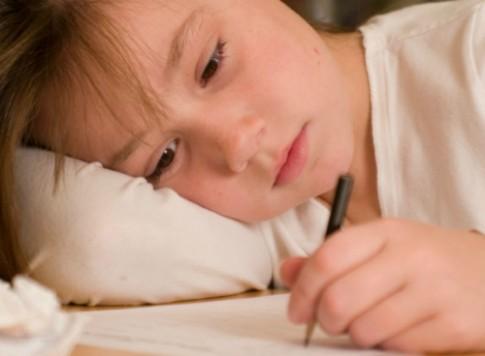 Nên làm gì khi con viết chậm, lười học
