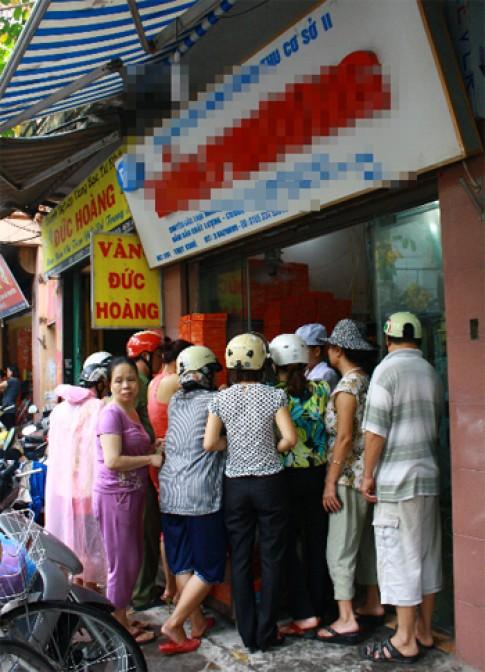 Người Hà Nội xếp hàng mua bánh Trung thu vì hoài cổ