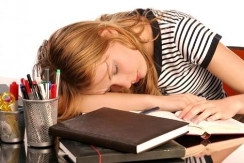 Nguy hại đe dọa sức khỏe khi ngủ gục trên bàn