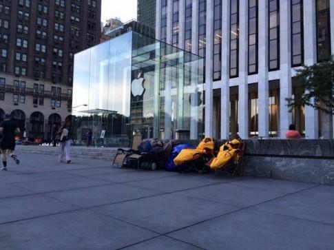 Nhiều người đã bắt đầu xếp hàng trước Apple Store chờ mua iPhone 6