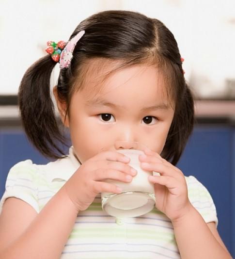 Nước tiểu của bé vàng như nước trà