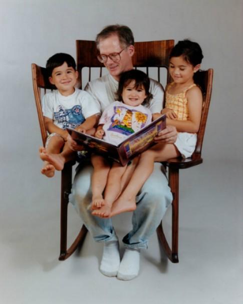 Ông bố tự chế ghế bập bênh để 3 con cùng được đọc sách