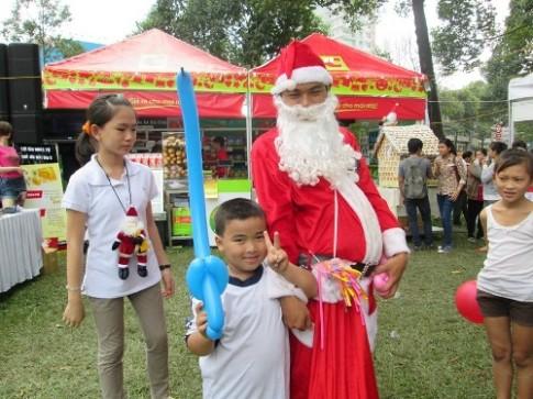 Ông già Noel tặng bóng bay cho thiếu nhi Sài Gòn