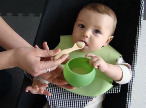 Phải làm gì khi bé không chịu ăn bột