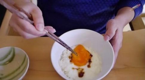 Phát hiện ăn trứng sống sẽ gây rụng tóc, hói đầu