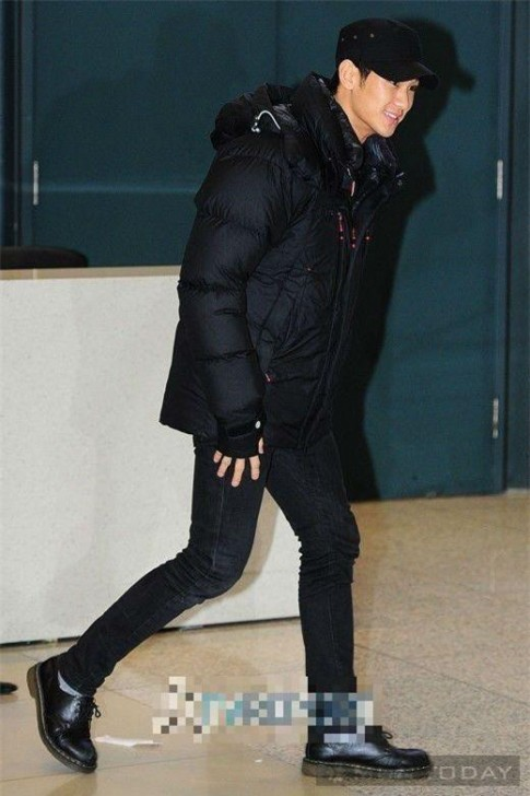 Phong cách thời trang sân bay trẻ trung và ấn tượng của Kim Soo Hyun