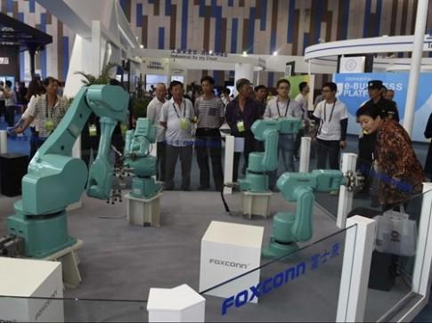 Robot đang thay thế con người ở Foxconn như thế nào?