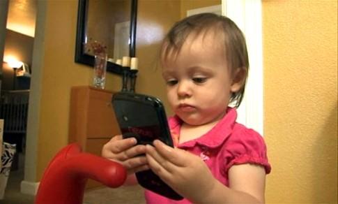 Sạc điện thoại cũng nguy hiểm với trẻ