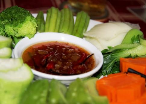 Sài Gòn mùa mưa, 'nghiện' rau luộc chấm kho quẹt