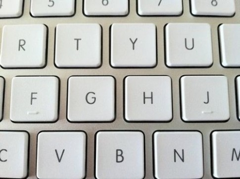 Tại sao phím J và F trên máy tính, số 5 trên điện thoại lại có gờ nổi?