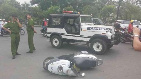Tài xế điều khiển xe tông vào bọn cướp sau khi bị bẻ kính chiếu hậu.