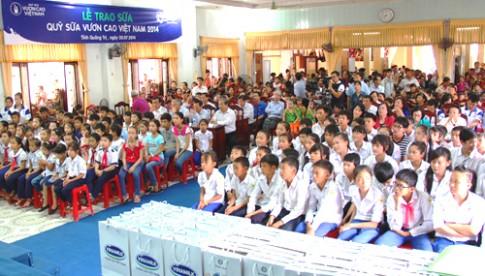Tặng 72.000 ly sữa cho trẻ em thành cổ Quảng Trị
