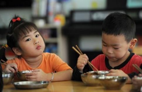 Tập cho trẻ ăn cơm đúng cách