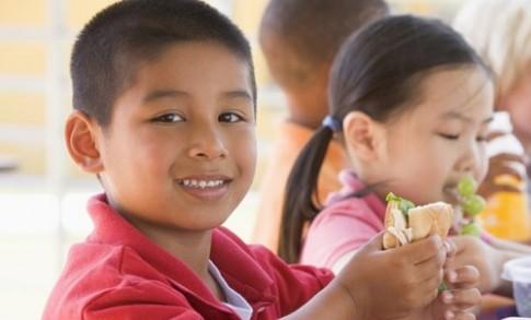 Tập trẻ thói quen ăn uống có lợi sức khỏe