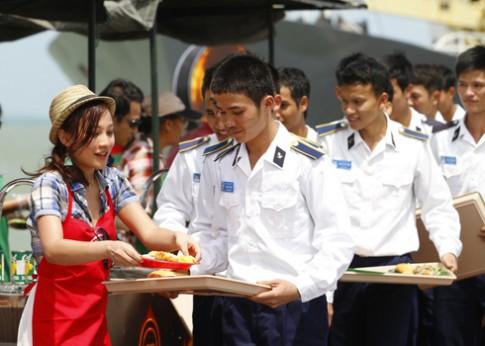 Thí sinh Vua đầu bếp nấu ăn cho chiến sĩ Hải quân