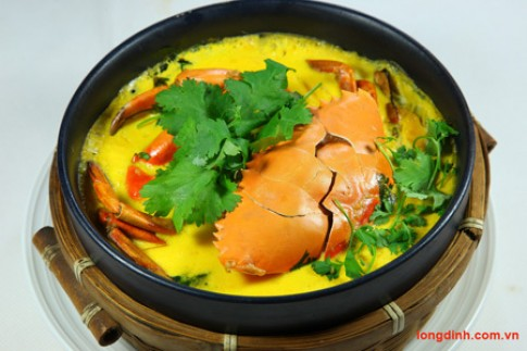 Thịt cua hầm thịt lợn trứng muối với tỏi chiên tại Long Đình