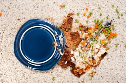 Thức ăn đã rơi xuống đất, có nên tiếc của mà nhặt lên ăn?