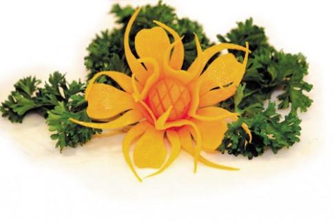 Tỉa rau củ thành hoa lá ngày xuân