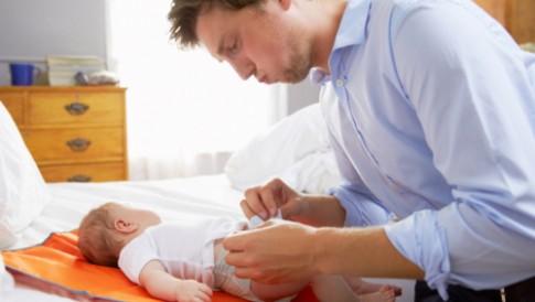 Tình huống cười ra nước mắt của ông bố lần đầu thay bỉm cho con