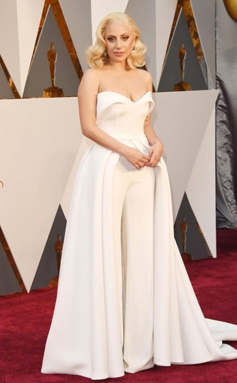 Tốn vài tỉ đến hàng trăm tỉ, sao vẫn mặc xấu trên thảm đỏ Oscar