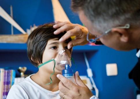 Trẻ bị viêm phổi dạng suyễn, phải làm sao