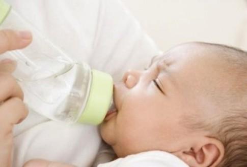 Trẻ đi ngoài sau khi đổi sữa có phải do dị ứng