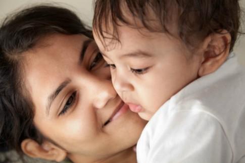 Trẻ giao tiếp giỏi hay kém một phần do cách mẹ nói chuyện