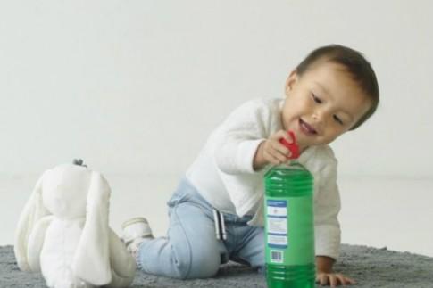 Trẻ thích thuốc tẩy, dung dịch vệ sinh hơn đồ chơi