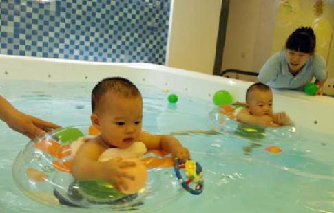 Trung Quốc bùng nổ dịch vụ dạy bơi cho em bé