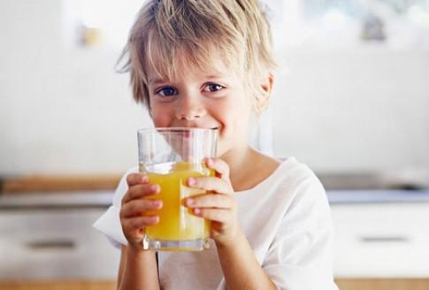Uống nước cam hàng ngày có tốt cho bé