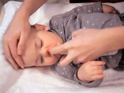 Vệ sinh mũi trẻ đúng cách