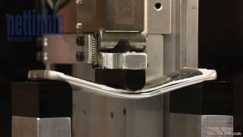 [Video] Bẻ cong iPhone 6 Plus, Galaxy S6 Edge và M9 bằng máy: M9 bền nhất