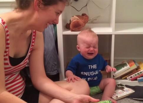Video chú bé 'hễ gấp sách là khóc'