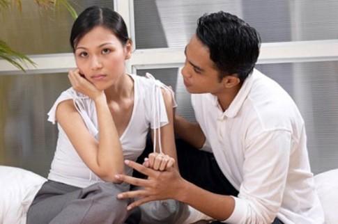 """Vợ hoài nghi, ghen tuông bắt """"trả bài"""" vì sợ chồng ra ngoài lăng nhăng"""