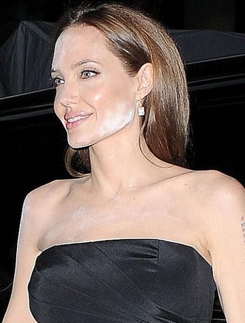 2 lần để phấn loang lổ của Angelina Jolie