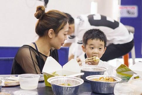6 lỗi phổ biến của mẹ khi cho con ăn sáng