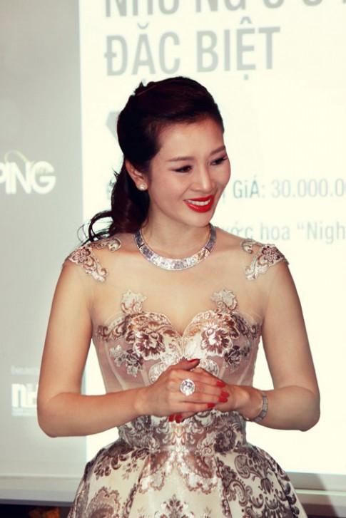Á hậu Thu Hương khoe sắc cùng kim cương.