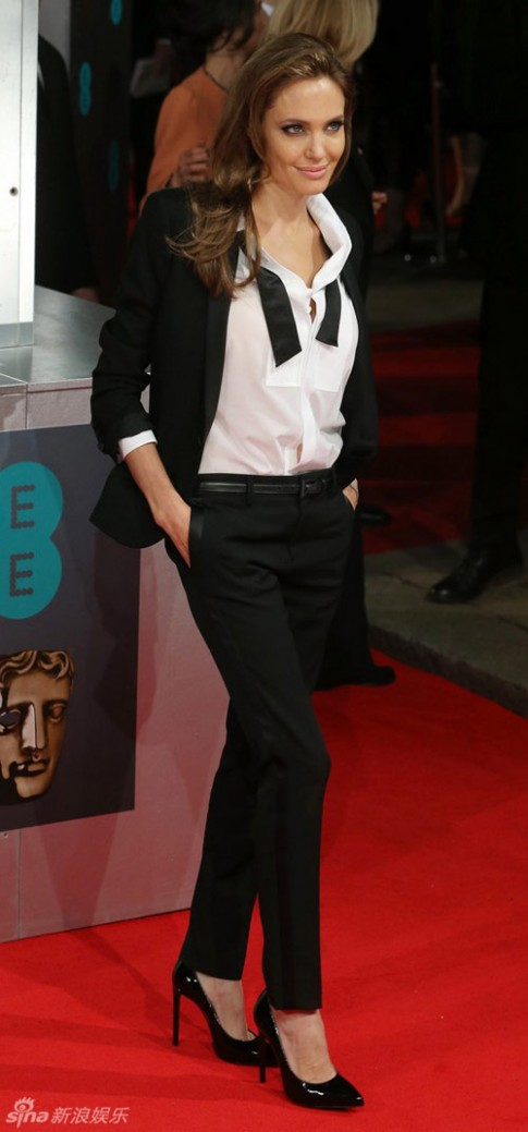 Angelina Jolie mặc đồ nam vẫn thừa gợi cảm