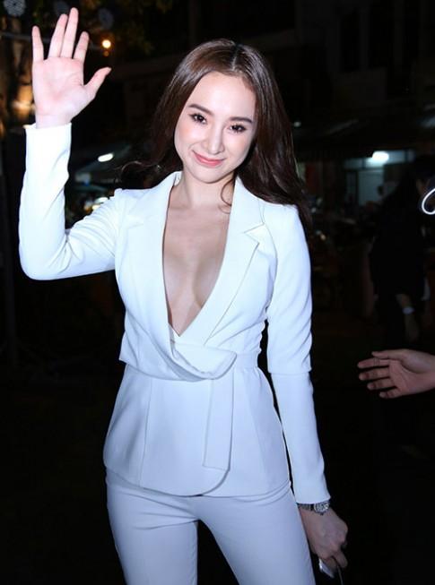 Ao vest quen noi y khong danh cho Angela Phuong Trinh