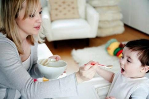 Bác sĩ Tây 'vạch tội' mẹ cho con ăn