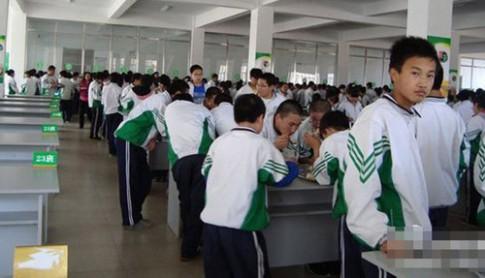 Bắt học sinh đứng để ăn cho nhanh