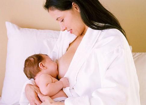 """""""Bật mí"""" đặc quyền của bé bú mẹ"""
